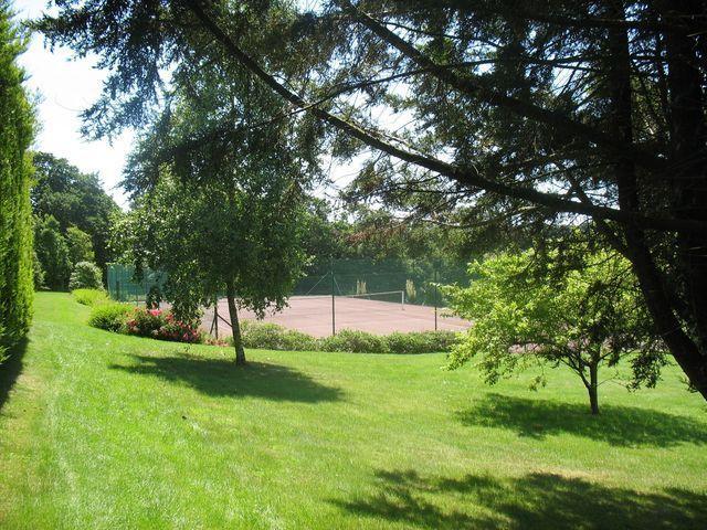 Le Tennis  des logis de penlan à Clohars carnoet proche de  Quimper ; Quimperlé; Lorient  en Bretagne sud