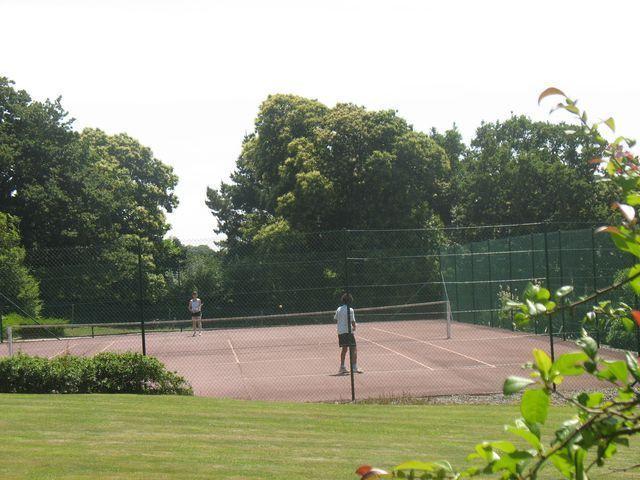 Le Tennis des logis de penlan à Cloahars carnoét proche de Lorient en Bretagne sud
